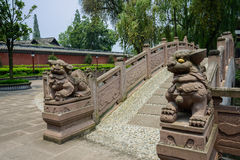 Alte chinesische Steinlöwen an der Bogenbrücke im sonnigen Sommer Stockfotografie
