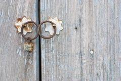 Alte chinesische Tür mit doorknocker Lizenzfreie Stockfotografie