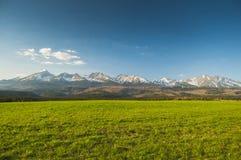 Alte cime Una striscia lunga delle alte montagne Fotografia Stock