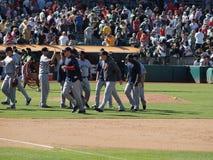 Alte cinque mani di Red Sox all'estremità del gioco per celebrare vittoria Immagine Stock