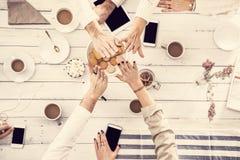 Alte cinque mani, la gente che ha buon tempo sulla tavola di legno bianca Immagini Stock Libere da Diritti