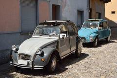 Alte Citroen-Autos in der Straße stockbild