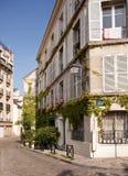 Alte cobbled Straße in Montmartre in Paris lizenzfreies stockbild
