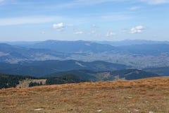Alte colline contro il cielo blu. Paesaggio Fotografia Stock