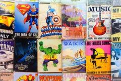 Alte Comics und Zeichen für Verkauf an einem Waikiki-Markt klemmen fest stockfotografie