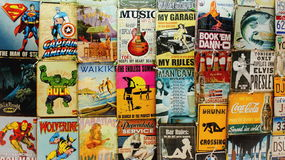 Alte Comics und Zeichen für Verkauf an einem Waikiki-Markt klemmen fest Lizenzfreie Stockfotografie