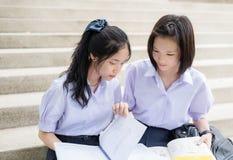 Alte coppie tailandesi asiatiche dello studente delle scolare nella lettura e nello studio della scuola Immagine Stock Libera da Diritti