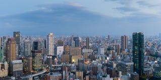 Alte costruzione e superstrada a Osaka alla notte Immagini Stock Libere da Diritti