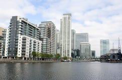 Alte costruzioni di aumento dalla riva del fiume Fotografia Stock Libera da Diritti