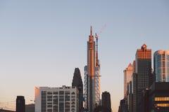 Alte costruzioni di aumento dentro in città Fotografie Stock