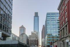 Alte costruzioni di aumento dentro in città Fotografie Stock Libere da Diritti