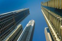 Alte costruzioni e vie di aumento nel Dubai, UAE Fotografia Stock