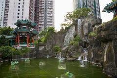 Alte costruzioni Hong Kong di aumento del giardino cinese dell'acqua Immagine Stock