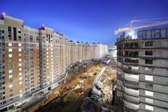 Alte costruzioni multipiano lunghe in costruzione Immagine Stock Libera da Diritti