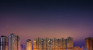 Alte costruzioni residenziali alla notte Fotografia Stock Libera da Diritti