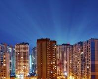 Alte costruzioni residenziali alla notte, all'aperto Fotografie Stock