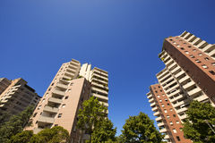 Alte costruzioni su cielo blu Fotografia Stock Libera da Diritti