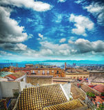 Alte Dächer durch das Meer in Cagliari Stockfotos