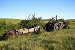 Alte Düngemittelspreizer und -traktor Stockbild