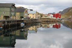 Alte Dachböden, die im Hafen von Nyksund widerspiegeln Stockbild