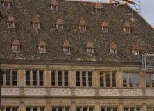 Alte Dachfenster strasbough Frankreich-Reparaturen lizenzfreie stockfotografie