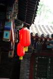 Alte Dachgesimse und rote Laterne Lizenzfreie Stockbilder