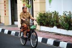 Alte Dame, die bycicle fährt Lizenzfreie Stockfotos