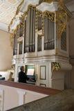 Alte Dame, die mittelalterliche Kirchenorgel spielt lizenzfreie stockfotos