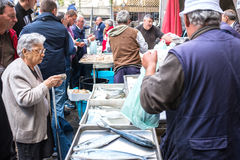 Alte Dame kauft die frischen Fische am Fischmarkt von Catania Stockbild