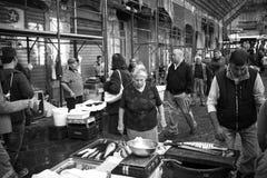 Alte Dame kauft die frischen Fische am Fischmarkt von Catania Lizenzfreies Stockbild