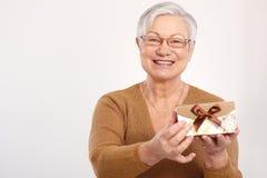 Alte Dame mit Fantasiegeschenk Stockfotos
