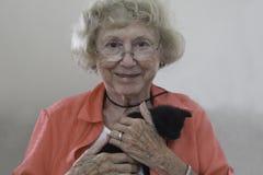 Alte Dame und ihre geliebte Miezekatze Stockbilder