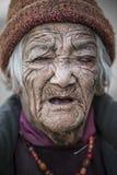 Alte Dame von Lamayuru-Dorf mit Augenproblem-Kataraktglaukom Lizenzfreie Stockfotografie