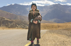 Alte Dame von Likir-Dorf, das wollenen Stoff Goncha trägt Lizenzfreies Stockbild