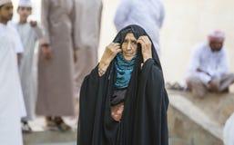 Alte Dame von Oman in Nizwa-Markt Stockfoto