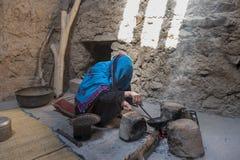 Alte Damenbratkaffeebohnen von Oman in einem alten traditionellen kitch stockfoto