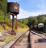 Alte Dampf-Eisenbahn-Spuren und verrostender Waßerturm Stockfotos