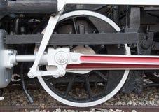 Alte Dampflokomotivantriebsräder auf Eisenbahnlinie Stockbilder