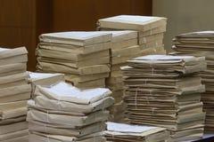 Alte Dateien beim Umschlagpapierstapeln Lizenzfreies Stockfoto