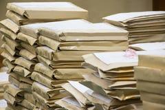 Alte Dateien beim Umschlagpapierstapeln Stockfotografie