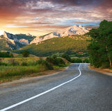 Alte Datenbahn gegen Berge am Sonnenuntergang Lizenzfreie Stockfotos