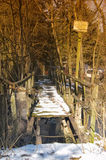 Alte defekte Bauholzbrücke Stockbild