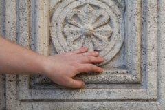 Alte dekorative Blume schnitzte aus einem Marmorblockstein heraus Stockbild