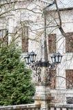 Alte dekorative Lampen und Fassade des historischen Gebäudes in Banska S Lizenzfreie Stockbilder