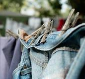 Alte Denim-Jeans, die draußen auf Wäscheleine trocknen Stockfoto