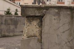 Alte Disstressed-Block Wand mit gebrochener weißer Gips-Schicht Stockfotografie