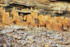 Alte Dogon und Tellem Häuser mit Felsen 2 Stockfotografie