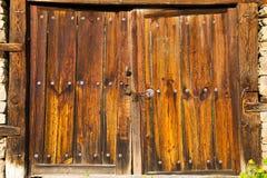 Alte doppelte rustikale hölzerne Scheunentüren Stockbilder