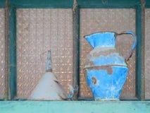 Alte Dosen und Trichter Stockbilder