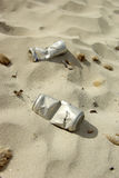 Alte Dosen verlassen auf dem Strand Stockfotos